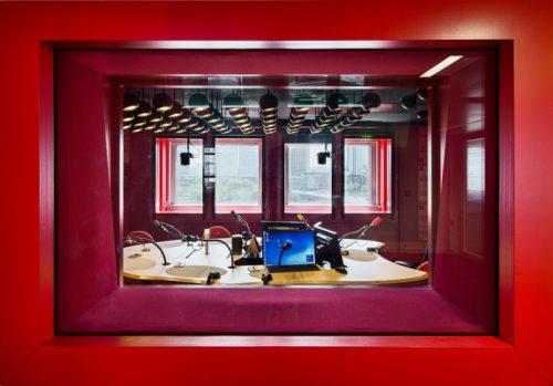 Studio, Maison de la Radio (crédits : Luc Boegly, via http://www.telerama.fr/sortir/portes-ouvertes-a-la-maison-de-la-radio-suivez-le-guide,119169.php)